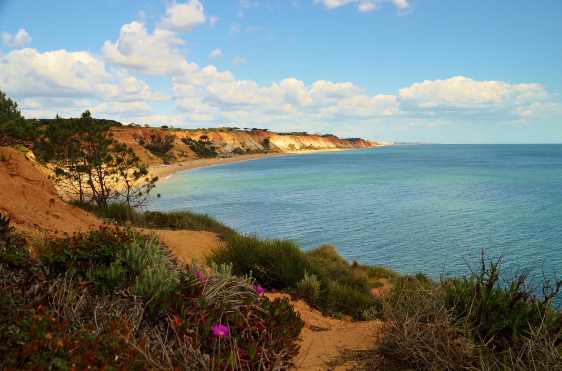 Strand und SteilKüste bei  bei Olhos de Agua